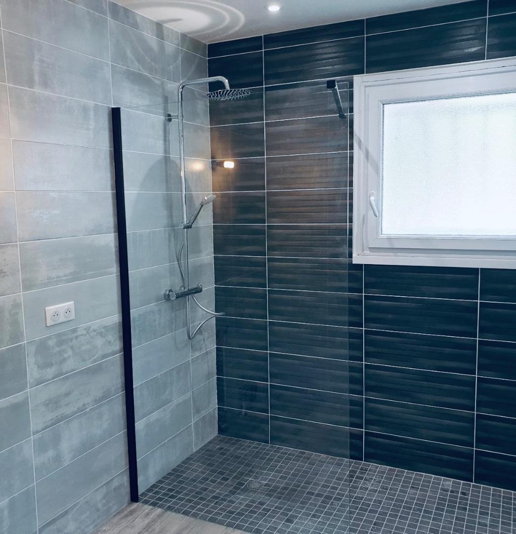 Artisan carreleur de salle de bain